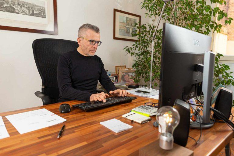 Andrea Bartolini al lavoro nel suo ufficio