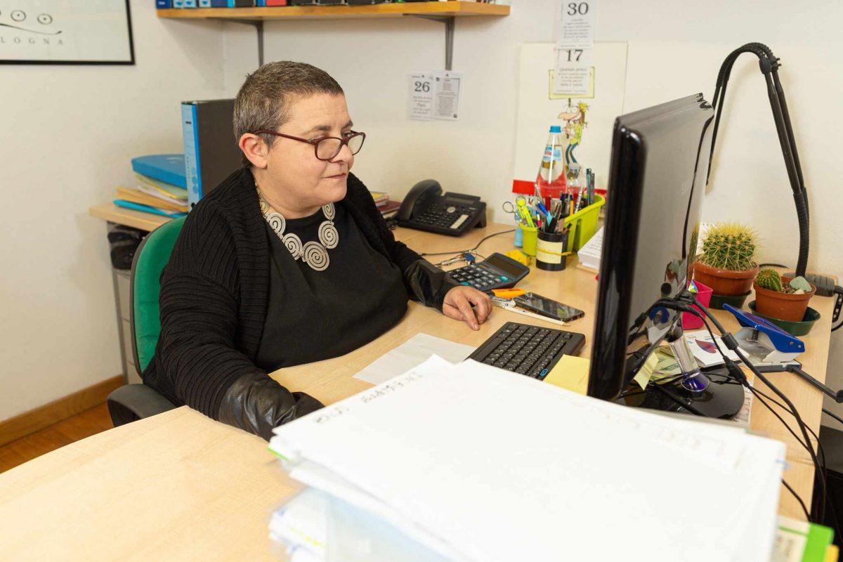Agnese Balandi al lavoro nel suo ufficio