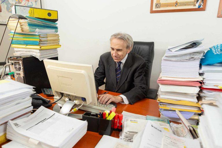 Alessandro Carloni al lavoro nel suo ufficio